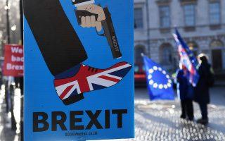 Με το Brexit η Βρετανία πυροβολεί το πόδι της, είναι το μήνυμα πικέτας ακτιβιστών που διαδήλωσαν χθες έξω από το Κοινοβούλιο, αξιώνοντας δεύτερο δημοψήφισμα.