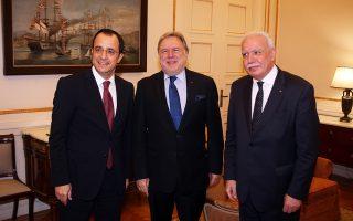 Ο Γ. Κατρούγκαλος, ο Ν. Χριστοδουλίδης (αριστερά) και ο Ριάντ αλ Μαλίκι (δεξιά) στην τριμερή υπουργική διάσκεψη Ελλάδας - Κύπρου - Παλαιστίνης.