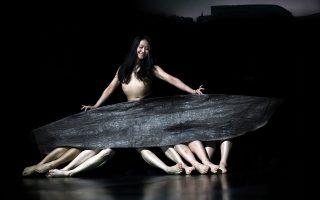 Ο κόσμος του Δημήτρη Παπαϊωάννου συναντά το σύμπαν της Πίνα Μπάους σε μια παράσταση που αποδίδει φόρο τιμής στη θρυλική χορογράφο, με τη συμμετοχή των εξαιρετικών χορευτών του Χοροθεάτρου της.