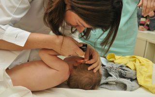 Οι γονείς μπορούν να επισκεφθούν την ιστοσελίδα www.paidon-pentelis.gr και να επιλέξουν την πλατφόρμα e-Προτεραιότητα.