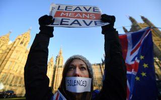 «Εξοδος σημαίνει έξοδος» γράφει το πλακάτ της νεαρής διαδηλώτριας έξω από το Κοινοβούλιο. Ο διχασμός της βρετανικής κοινωνίας για το θέμα του Brexit είναι πρωτοφανής.
