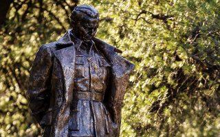 Ενας άνδρας κοιτάζει το άγαλμα του ηγέτη της πρώην ενωμένης Γιουγκοσλαβίας.