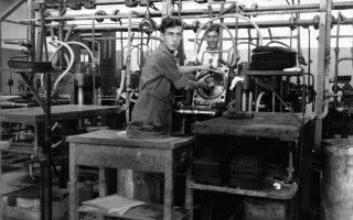 Αρχές δεκαετίας 1930, ο πρεσαδόρος Κώστας Προύσαλης εν ώρα εργασίας.