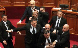 Αλβανός βουλευτής μετά τη ρίψη αυγού εναντίον του Ράμα.