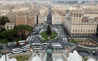 Χειρόφρενο τράβηξαν χθες τα τουριστικά λεωφορεία στη Ρώμη, μετατρέποντας την κεντρική Πιάτσα Βενέτσια σε πελώριο χώρο στάθμευσης. Οι οδηγοί και οι ιδιοκτήτες των λεωφορείων διαμαρτυρήθηκαν με αυτόν τον τρόπο γιατί η δήμαρχος της Αιώνιας Πόλης Βιρτζίνια Ράγκι αποφάσισε να απαγορεύσει την είσοδο των τουριστικών λεωφορείων στο ιστορικό κέντρο της πόλης, όπου βρίσκονται και τα περισσότερα μνημεία. Η απαγόρευση θα αρχίσει να εφαρμόζεται από την 1η Ιανουαρίου. Σελ. 11