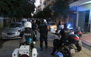 Αστυνομικοί στο σημείο που σημειώθηκε το αιματηρό επεισόδιο στην οδό Στρωμνίτσης, στην περιοχή της Μαρτίου, στη Θεσσαλονίκη, το Σάββατο 19 Σεπτεμβρίου 2015. Κάτω από αδιευκρίνιστες συνθήκες δύο αδέλφια μάλωσαν, με αποτέλεσμα ο άντρας να πυροβολήσει την αδερφή του. Η γυναίκα ειδοποίησε την αστυνομία και μόλις αστυνομικός του Τμήματος Ασφαλείας Πυλαίας, έφτασε στο σημείο, ο δράστης πυροβόλησε κι εναντίον του. Στη συνέχεια ο άντρας αυτοπυροβολήθηκε. ΑΠΕ ΜΠΕ/PIXEL/Σωτήρης Μπαρμπαρούσης