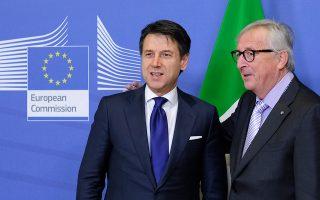 O υπουργός Οικονομικών Τζ. Τρία και ο υπουργός Εξωτερικών Εν. Μοαβέρο-Μιλανέζι δεν πρόσκεινται ούτε στη Λέγκα ούτε στο Κίνημα των 5 Αστέρων, αλλά διαδραμάτισαν κρίσιμο ρόλο κατά την επίτευξη της συμφωνίας μεταξύ του πρωθυπουργού Κόντε (αριστερά) και του προέδρου της Ε.Ε. Ζ.-Κλ. Γιούνκερ.