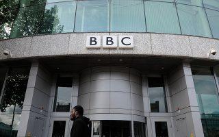Η είσοδος των γραφείων του BBC στο δυτικό Λονδίνο. Το δίκτυο αντιμετωπίζει κατηγορίες μεροληψίας από τη Ρωσία.