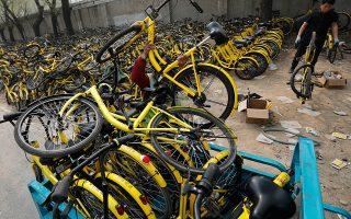 Τα χαρακτηριστικά κίτρινα ποδήλατα που άλλοτε κατέκλυζαν τους δρόμους του Πεκίνου και της Σαγκάης βρίσκονται πλέον παρατημένα ή σπασμένα στην άκρη του δρόμου, καθώς οι Κινέζοι, δυσαρεστημένοι από τις υπηρεσίες της νεοφυούς επιχείρησης Ofo, έπαψαν να τα χρησιμοποιούν.