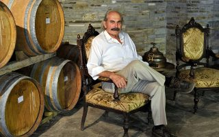 Ο θρυλικός οινοποιός Ανέστης Μπαμπατζιμόπουλος.