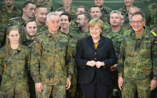 Η Γερμανίδα καγκελάριος Μέρκελ επισκέπτεται μονάδα του υγειονομικού. Οι ελλείψεις προσωπικού στις γερμανικές ένοπλες δυνάμεις οδηγούν το Βερολίνο στην κατεύθυνση της πρόσληψης ξένων.
