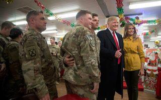 Ο Ντόναλντ Τραμπ και η Μελάνια φωτογραφίζονται στη βάση Αλ Ασάντ του Ιράκ.