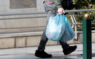 Το περιβαλλοντικό τέλος στις πλαστικές σακούλες, το οποίο εισπράττεται από τον Ελληνικό Οργανισμό Ανακύκλωσης, εκτιμάται ότι έχει ήδη ξεπεράσει τα 10 εκατομμύρια ευρώ.