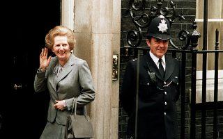 Η Μάργκαρετ Θάτσερ έξω από την Ντάουνινγκ Στριτ τον Μάιο του 1987.