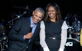 Ο τέως πρόεδρος Ομπάμα και η σύζυγός του, Μισέλ, σε συναυλία στο Σικάγο το 2017.
