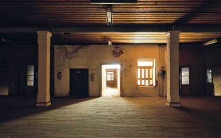 Ο φωτογράφος Χρίστος Σιμάτος περιηγήθηκε στις Καπναποθήκες Παπαστράτου και έδωσε τη δική του ερμηνεία των υποβλητικών χώρων.