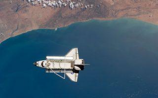 Το διαστημικό λεωφορείο «Discovery» πάνω από το Μαρόκο, σε φωτογραφία του 2011 τραβηγμένη από τον Διεθνή Διαστημικό Σταθμό.