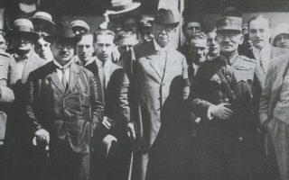 Η «οικουμενική» κυβέρνηση υπό τον Αλ. Ζαΐμη (στο μέσο), που συγκροτήθηκε στις 4 Δεκεμβρίου 1926. Είχαν προηγηθεί, στις 7 Νοεμβρίου, οι πρώτες εκλογές με σύστημα απλής αναλογικής στην Ελλάδα. Τα επόμενα δύο χρόνια, μέχρι ο Ελευθέριος Βενιζέλος να επιβάλει πλειοψηφικό, η κυβέρνηση άλλαζε κατά μέσον όρο κάθε πέντε μήνες.