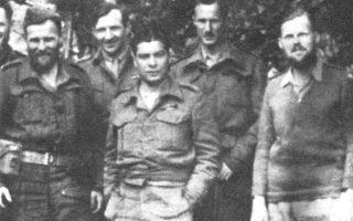 Ο Θέμης Μαρίνος (κέντρο) με μέλη της αποστολής της SOE στα Θεοδώριανα Αρτας, τον Μάιο του 1943. Ακρη δεξιά, ο Κρις Γούντχαουζ