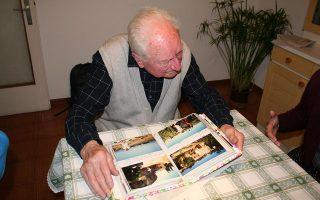 Το άλμπουμ μιας ζωής 100 χρόνων ξεφυλλίζει, μιλώντας στην «Κ», ο Μπρούνο Μπερτόλντι, ο τελευταίος επιζών της σφαγής χιλιάδων Ιταλών στρατιωτών από τους ναζί στην Κεφαλονιά, χάρη στη χαριστική ματιά ενός SS, φίλου από τα χρόνια της ειρήνης. Είναι ο άνθρωπος που έκλεινε το μάτι στον θάνατο, σώθηκε από ναυάγιο, άντεξε σε γκουλάγκ της Σιβηρίας – «είδα ανθρώπους να τρώνε πτώματα, εμένα έσωσαν τα ωμά βατράχια». Ανίκητος εχθρός; Οι εφιάλτες.