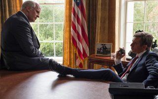Οι σκηνές του Ντικ Τσέινι (Κρίστιαν Μπέιλ) με τον Τζορτζ Μπους Τζ. (Σαμ Ρόκγουελ) είναι πραγματικά απολαυστικές.