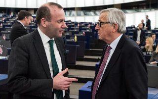 Ο απερχόμενος πρόεδρος της Ευρωπαϊκής Επιτροπής Ζαν-Κλοντ Γιούνκερ (δεξιά) συνομιλεί με τον υποψήφιο του Ευρωπαϊκού Λαϊκού Κόμματος για τη συγκεκριμένη θέση, Μάνφρεντ Βέμπερ.