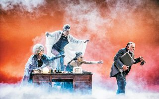 Το δράμα του Σκρουτζ έγινε πιο αισιόδοξο στη μαγευτική παράσταση του Εθνικού Θεάτρου, στο πρόσωπο του Αλέξανδρου Μυλωνά, στη διασκευή του Τζακ Θορν και στην πρωτότυπη μουσική του Θοδωρή Οικονόμου.
