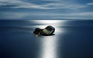 «Πάφλαζαν τα κύματα, μα ο ήχος τους δεν έφτανε ώς τα αυτιά μας». Φωτογραφία του Στράτου Καλαφάτη.