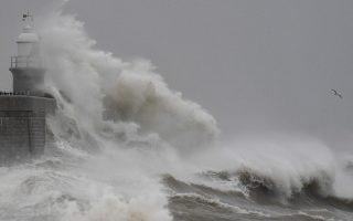 Κύματα. Αγριεμένος ο καιρός στην Βρετανία με τον φάρο να λούζεται από τα τεράστια κύματα στο νοτιοανατολικό λιμάνι του Folkestone. REUTERS/Toby Melville