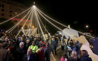Με τη φωταγώγηση του χριστουγεννιάτικου διάκοσμου της Πλατείας Αριστοτέλους ξεκίνησαν οι εορταστικές εκδηλώσεις που έχει ετοιμάσει ο Δήμος Θεσσαλονίκης για τα Χριστούγεννα. Θεσσαλονίκη, Σάββατο 10 Δεκεμβρίου 2016. ΑΠΕ ΜΠΕ/PIXEL
