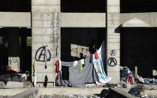 Μετανάστες μένουν σε ερειπωμένο κτίριο στη Θεσσαλονίκη. Σε μέρη σαν κι αυτό διακινητές όλο και πιο συχνά κρατούν ομήρους τους νεοεισελθόντες.