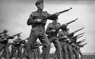 Νεοσύλλεκτοι Βρετανοί στρατιώτες, οι οποίοι βρίσκονται στο στράτευμα για μόλις οκτώ ημέρες, μαθαίνουν τα στοιχειώδη της χρήσης ενός τυφεκίου, σε κάποιο κέντρο εκπαίδευσης νεοσυλλέκτων, το 1940. ( AP Photo)