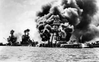Βομβαρδιστικά αεροσκάφη της 1ης μοίρας αεροπλανοφόρων του αυτοκρατορικού ιαπωνικού στόλου πραγματοποιούν αιφνιδιαστική επίθεση στην αμερικανική ναυτική βάση του Περλ Χάρμπορ, λίγα χιλιόμετρα βορειοδυτικά της Χονολουλού, στη Χαβάη, το 1941. Η επίθεση επέφερε σημαντικές απώλειες στις αμερικανικές ένοπλες δυνάμεις (περισσότεροι από 2.400 νεκροί, τουλάχιστον 1.000 τραυματίες, καθώς και εκτεταμένες ζημιές στη ναυτική βάση) και έδωσε την αφορμή για την καθοριστική είσοδο των Ηνωμένων Πολιτειών στον Β' Παγκόσμιο Πόλεμο. (AP Photo)