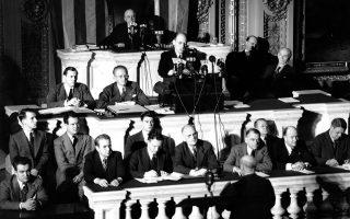 Τέσσερις ημέρες μετά την ιαπωνική επίθεση στο Περλ Χάρμπορ και τρεις ημέρες μετά την αμερικανική κήρυξη πολέμου κατά της Αυτοκρατορικής Ιαπωνίας, ο πρόεδρος της Βουλής των Αντιπροσώπων, Σαμ Ρέιμπερν, προεδρεύει της έκτακτης συνεδρίασης του σώματος, καθώς ο Άιρβινγκ Σουάνσον διαβάζει στους βουλευτές την έκκληση του προέδρου Φραγκλίνου Ρούζβελτ για κήρυξη πολέμου κατά της Ναζιστικής Γερμανίας, το 1941. Λίγες ώρες αφού το Τρίτο Ράιχ κήρυξε τον πόλεμο στις ΗΠΑ, η Βουλή των Αντιπροσώπων και η Γερουσία ενέκριναν παμψηφεί την κήρυξη πολέμου κατά της Γερμανίας, αλλάζοντας καθοριστικά τη ροή του Β' Παγκοσμίου Πολέμου. (AP Photo)