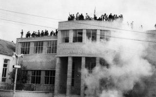 Οχυρωμένοι σε ένα σχολείο της Λευκωσίας, Κύπριοι μαθητές πετούν πέτρες εναντίον των βρετανικών δυνάμεων ασφαλείας, οι οποίες απαντούν με δακρυγόνα, στο πλαίσιο ευρύτερων κινητοποιήσεων σε όλο το νησί, με αφορμή τη συζήτηση για το Κυπριακό στα Ηνωμένα Έθνη, το 1957. (AP Photo)