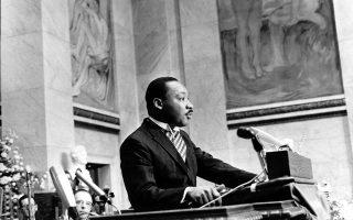 Ο ηγέτης του κινήματος για τα πολιτικά δικαιώματα των Αφροαμερικανών, Μάρτιν Λούθερ Κινγκ, δίνει τον λόγο αποδοχής του Νόμπελ Ειρήνης σε ένα αμφιθέατρο του Πανεπιστημίου του Όσλο, το 1964. Ο μέχρι τότε νεότερος άνθρωπος που είχε λάβει το συγκεκριμένο βραβείο, ο Μάρτιν Λούθερ Κινγκ βραβεύτηκε για τον ηγετικό ρόλο του στο αμερικανικό Κίνημα για τα Πολιτικά Δικαιώματα, καθώς και για την ειρηνιστική ιδεολογία του και την απόρριψη των βίαιων μεθόδων διεκδίκησης. (AP Photo)