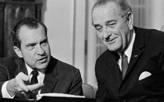 O Ρεπουμπλικάνος νεοεκλεγείς πρόεδρος των Ηνωμένων Πολιτείων, Ρίτσαρντ Νίξον, συζητάει με τον απερχόμενο Δημοκρατικό πρόεδρο Λίντον Τζόνσον, κατά τη μεταβατική περίοδο αλλαγής φρουράς στον Λευκό Οίκο, στο Οβάλ Γραφείο, το 1968. (AP Photo/Harvey Georges)