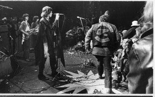 Οι επικεφαλής της θρυλικής «Δωρεάν Συναυλίας του Άλταμοντ», Rolling Stones, παίζουν μπροστά σε ένα τεράστιο κοινό περίπου 300.000 ατόμων, σε μία τις πιο εμβληματικές συναυλίες της δεκαετίας του '60, στην Καλιφόρνια, το 1969. (AP Photo)