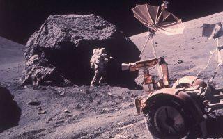Ο γεωλόγος και αστροναύτης Χάρισον Σμιτ μαζεύει σεληνιακά πετρώματα στη σεληνιακή κοιλάδα Taurus-Littrow, κατά τη διάρκεια της τελευταίας επανδρωμένης διαστημικής αποστολής των ΗΠΑ στη Σελήνη, στο πλαίσιο του προγράμματος «Απόλλων» της NASA, το 1972. (AP Photo/NASA)