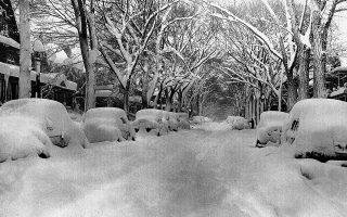 Μία εβδομάδα πριν από τα Χριστούγεννα, μία σφοδρή χιονοθύελλα στην πολιτεία της Νέας Υόρκης «ντύνει στα λευκά» την πόλη Μπάφαλο, καλύποντας με ένα ολόλευκο στρώμα τα πάντα στο πέρασμα της, το 1975. (AP Photo)