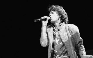 Σχεδόν είκοσι χρόνια μετά τη συγκρότηση των Rolling Stones, ο ηγέτης και τραγουδιστής του συγκροτήματος, Μικ Τζάγκερ, δεν έχει χάσει σχεδόν καθόλου από τη φρεσκάδα και την ενέργεια του, όπως μαρτυρά η εμφάνιση του στο Hampton Coliseum, στην πόλη Χάμπτον της Βιρτζίνια, κατά τη διάρκεια της αμερικανικής περιοδείας του συγκροτήματος, το 1981. (AP Photo/Steve Helber)