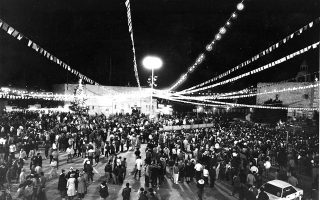 Υπό τον φόβο τρομοκρατικών επιθέσεων, χιλιάδες πιστοί από όλον τον κόσμο έχουν συγκεντρωθεί στην κεντρική πλατεία της Βηθλεέμ, στην κατεχόμενη Δυτική Όχθη, για να γιορτάσουν τα Χριστούγεννα στην πόλη που γεννήθηκε ο Ιησούς, το 1985. (AP Photo/Anat Givon)