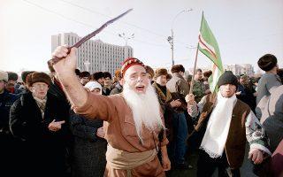 Τσετσένοι πολίτες έχουν συγκεντρωθεί μαζικά στο κέντρο του Γκρόζνι, της πρωτεύουσας της Δημοκρατίας της Τσετσενίας, η οποία σε πολύ μικρό χρονικό διάστημα θα μετατραπεί σε κανονικό πεδίο μαχών και θα υποστεί τεράστιες καταστροφές, κατά τη διάρκεια των πρώτων ημερών του Πρώτου Πολέμου της Τσετσενίας, το 1994.  (AP Photo/Alexander Zemlianichenko)