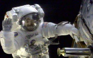 Ο Αμερικανός αστροναύτης Τζον Γκρούνσφελντ χαιρετάει τον φακό της κάμερας που βιντεοσκοπεί τον διαστημικό του «περίπατο» με σκοπό την επιδιόρθωση του Διαστημικού Τηλεσκόπιου Χαμπλ (Hubble Space Telescope), το οποίο βρίσκεται σε τροχιά γύρω από τη Γη, το 1999. (AP Photo/NASA TV)