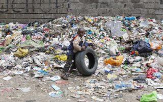 Το μικρό αγόρι παίζει δίπλα σε σωρούς σκουπιδιών από πλαστικό. Η διάσκεψη στο Κατοβίτσε αναμένεται να δώσει απαντήσεις στην κλιματική αλλαγή αλλά και στους υπόλοιπους ρύπους που μαστίζουν τη Γη και που κινδυνεύουν να αφανίσουν τον πολιτισμό μας, όπως τόνισε ο σερ Ντέιβιντ Ατένμπορο.