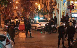 Αστυνομικοί στο σημείο με τις ζημιές που προκάλεσε ομάδα περίπου 20 ατόμων που επιτέθηκε στο αστυνομικό τμήμα Εξαρχείων με βόμβες μολότοφ, προκαλώντας έτσι υλικές ζημιές σε αυτοκίνητα που βρίσκονταν σταθμευμένα έξω από το τμήμα, Παρασκευή 13 Δεκεμβρίου 2013. ΑΠΕ ΜΠΕ/ΑΠΕ ΜΠΕ/ΠΑΝΤΕΛΗΣ ΣΑΪΤΑΣ