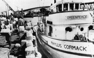 16.09.1971. Μέλη του πληρώματος φορτώνουν προμήθειες στο 25 μέτρων αλιευτικό «Phyllis Cormack», στο οποίο είχαν δώσει το όνομα «Greenpeace», λίγο πριν αναχωρήσουν για τις Αλεούτιες Νήσους προκειμένου να εμποδίσουν πυρηνικές δοκιμές από τις ΗΠΑ.