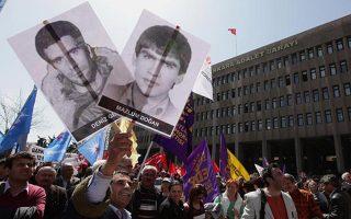 Απρίλιος 2012. Το πλακάτ με το πρόσωπο του Γκεζμίς (αριστερά) κρατούν σε μία ακόμη εκδήλωση διαμαρτυρίας οι συγγενείς των θυμάτων της χούντας που εγκαθίδρυσε ο Κενάν Εβρέν το 1980.