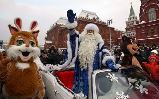 epa00603006 Father Frost arrives in the center of Moscow during the show starting the New Year celebrations, Monday, 26 December 2005.  EPA/DMITRY KHRUPOV