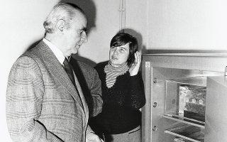 Ο πρωθυπουργός Κ. Καραμανλής το 1977 αντικρίζει για πρώτη φορά τη χρυσή λάρνακα που αποκαλύφθηκε στον βασιλικό τάφο στη Βεργίνα και φυλασσόταν στην αποθήκη του Αρχαιολογικού Μουσείου Θεσσαλονίκης.